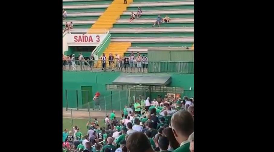 Adeptos do clube rival riem-se da Chapecoense e imitam avião a cair