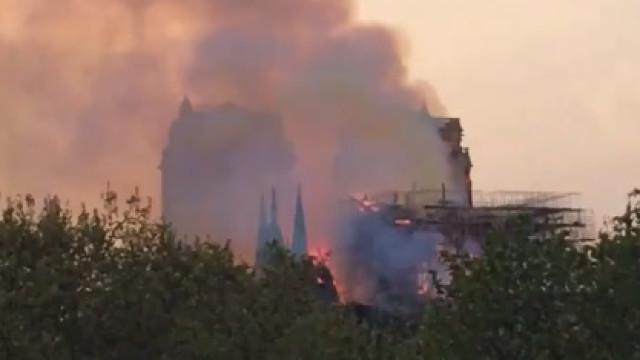 Incêndio de grandes dimensões consome catedral de Notre-Dame em Paris