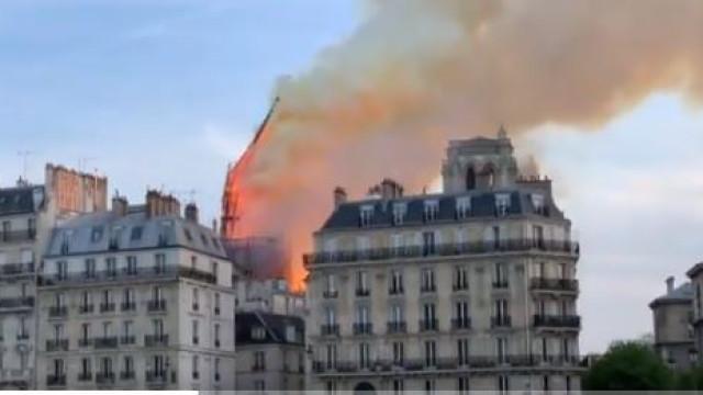 O momento em que o pináculo de Notre-Dame sucumbiu