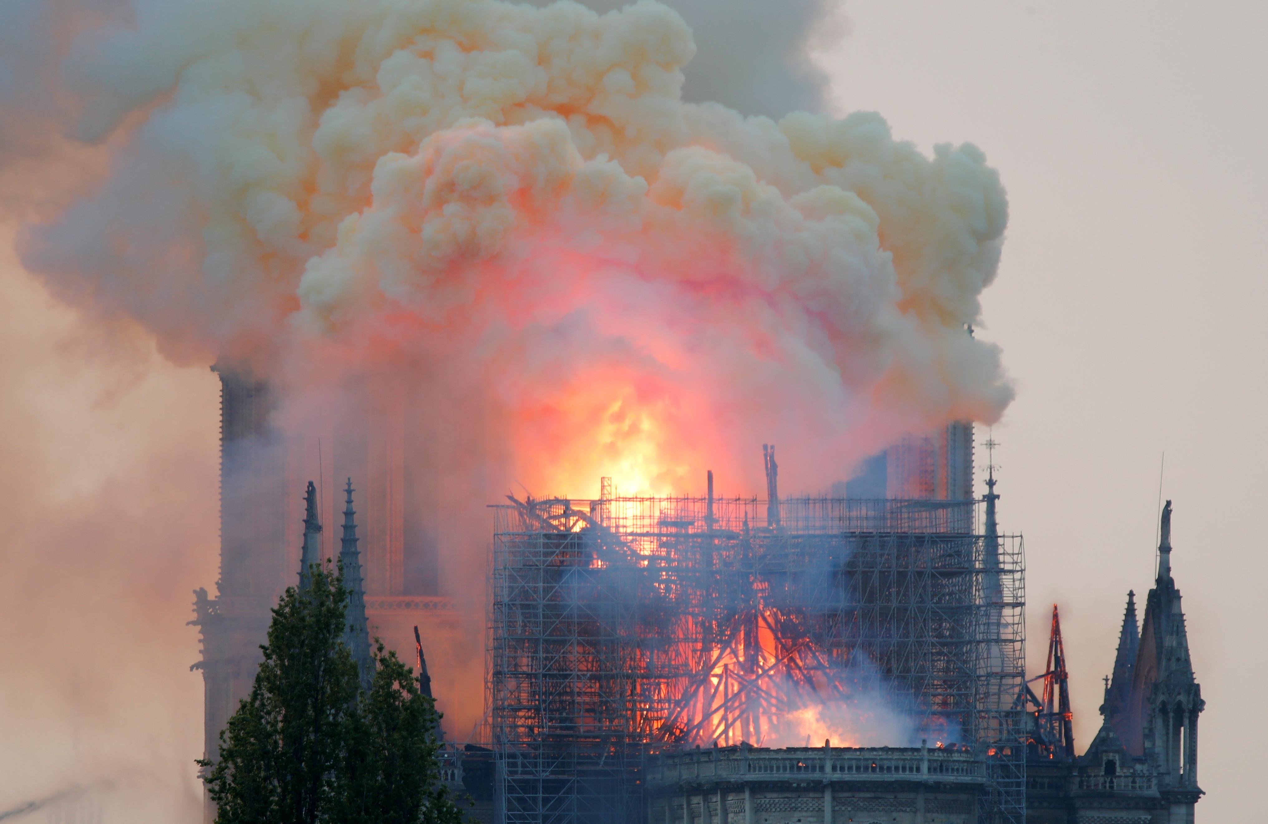 Missa estava a ser celebrada em Notre-Dame quando o fogo deflagrou