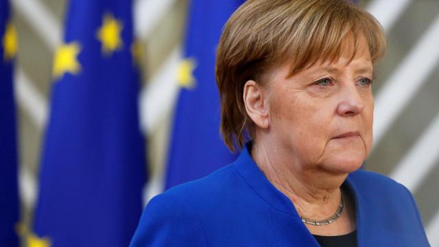 """Merkel exprime """"tristeza e choque"""" e agradece trabalho dos socorristas"""