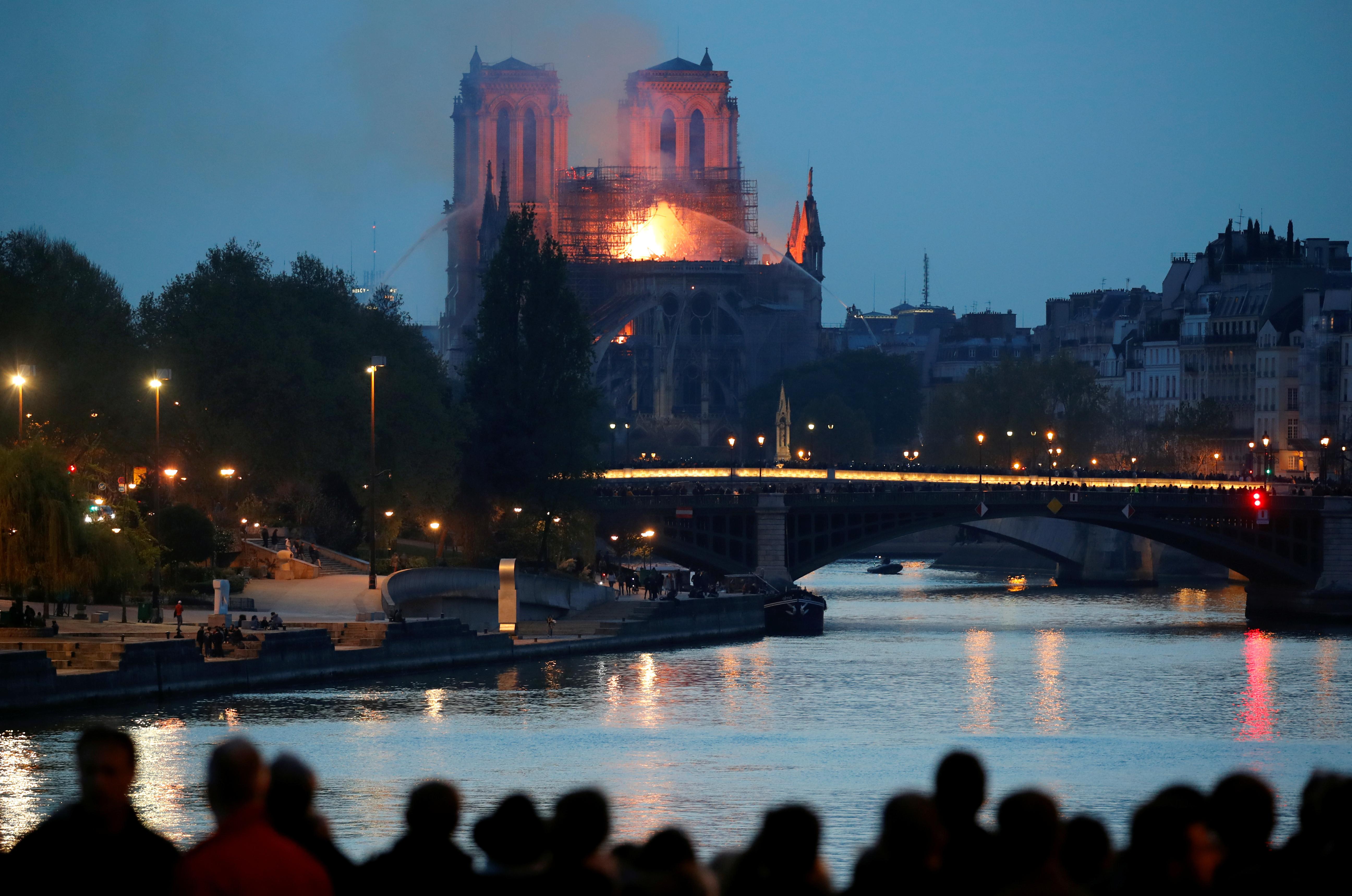 Governo francês não garante que Notre-Dame resista às chamas