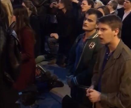 Multidão junto à catedral de Notre-Dame canta hinos