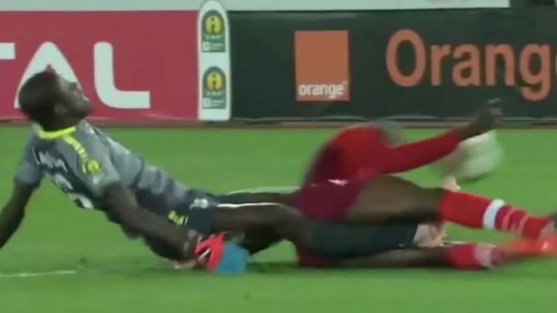Arrepiante: Internacional pelo Senegal partiu as duas pernas neste lance