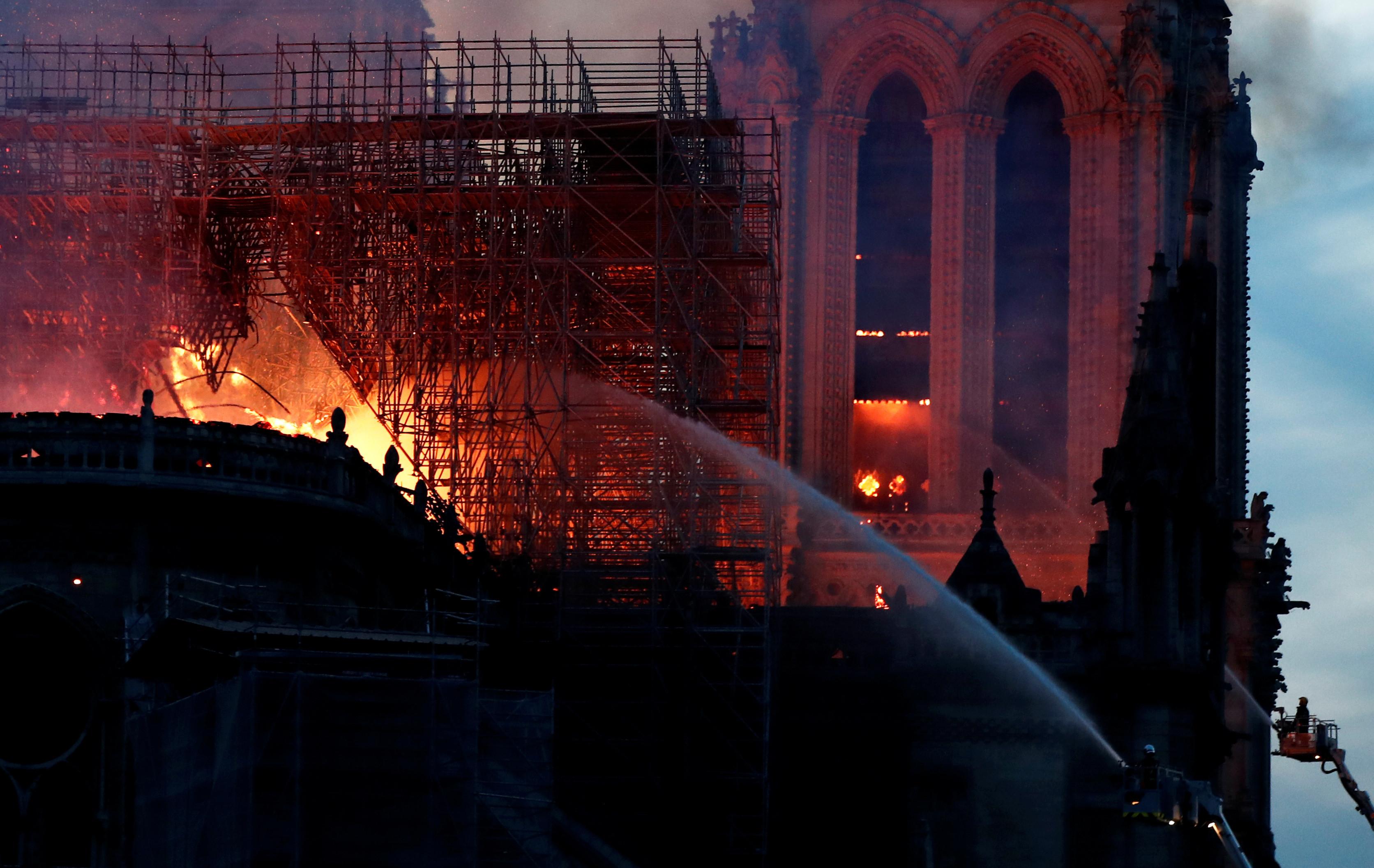 Apagar chamas por via aérea? Agência francesa responde a Trump