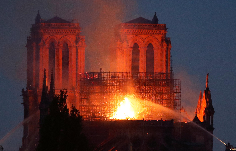 Chamas controladas em Paris. Estrutura de Notre-Dame está a salvo