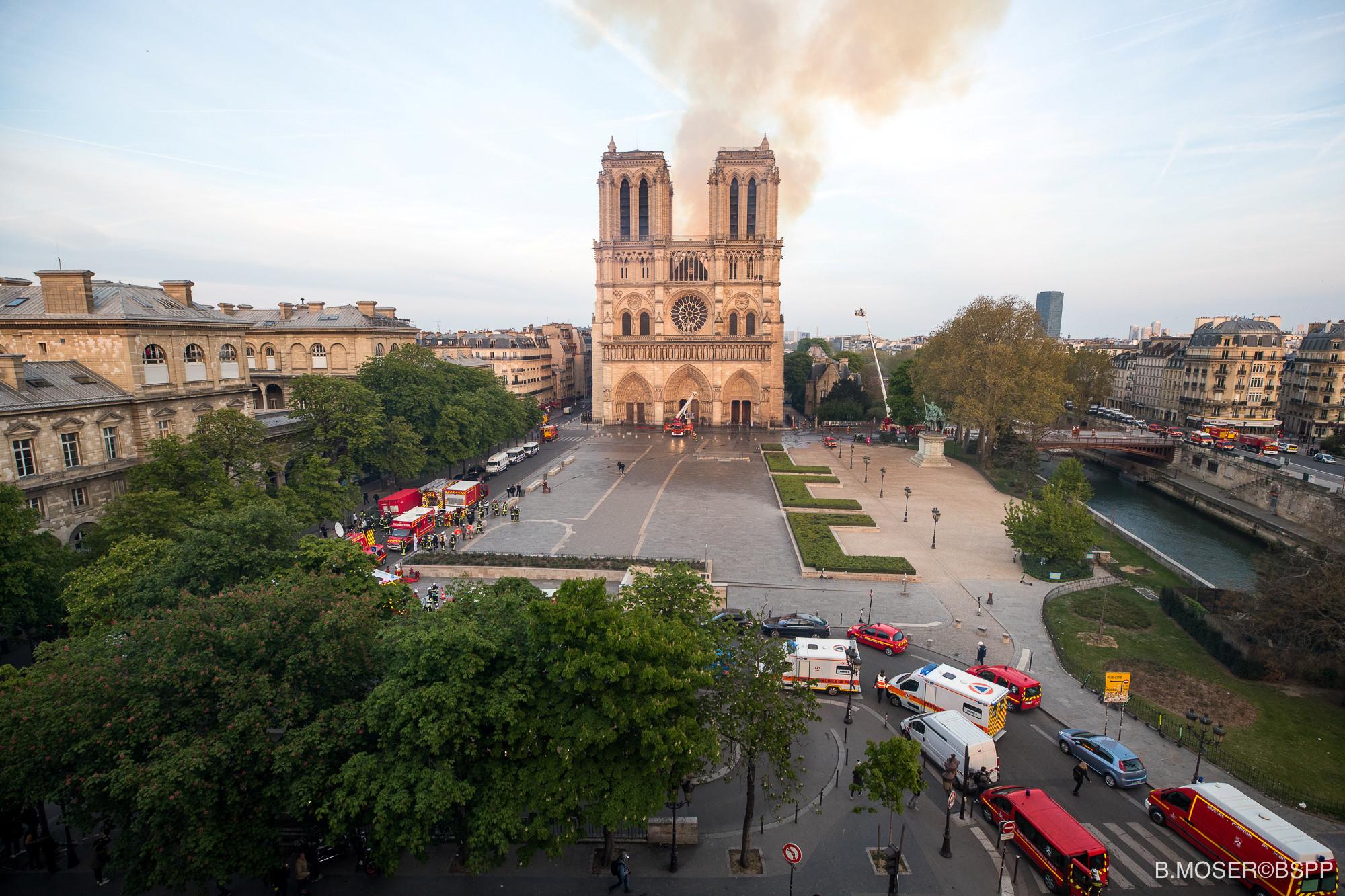 """Quinze horas depois, incêndio em Notre-Dame """"está extinto"""""""