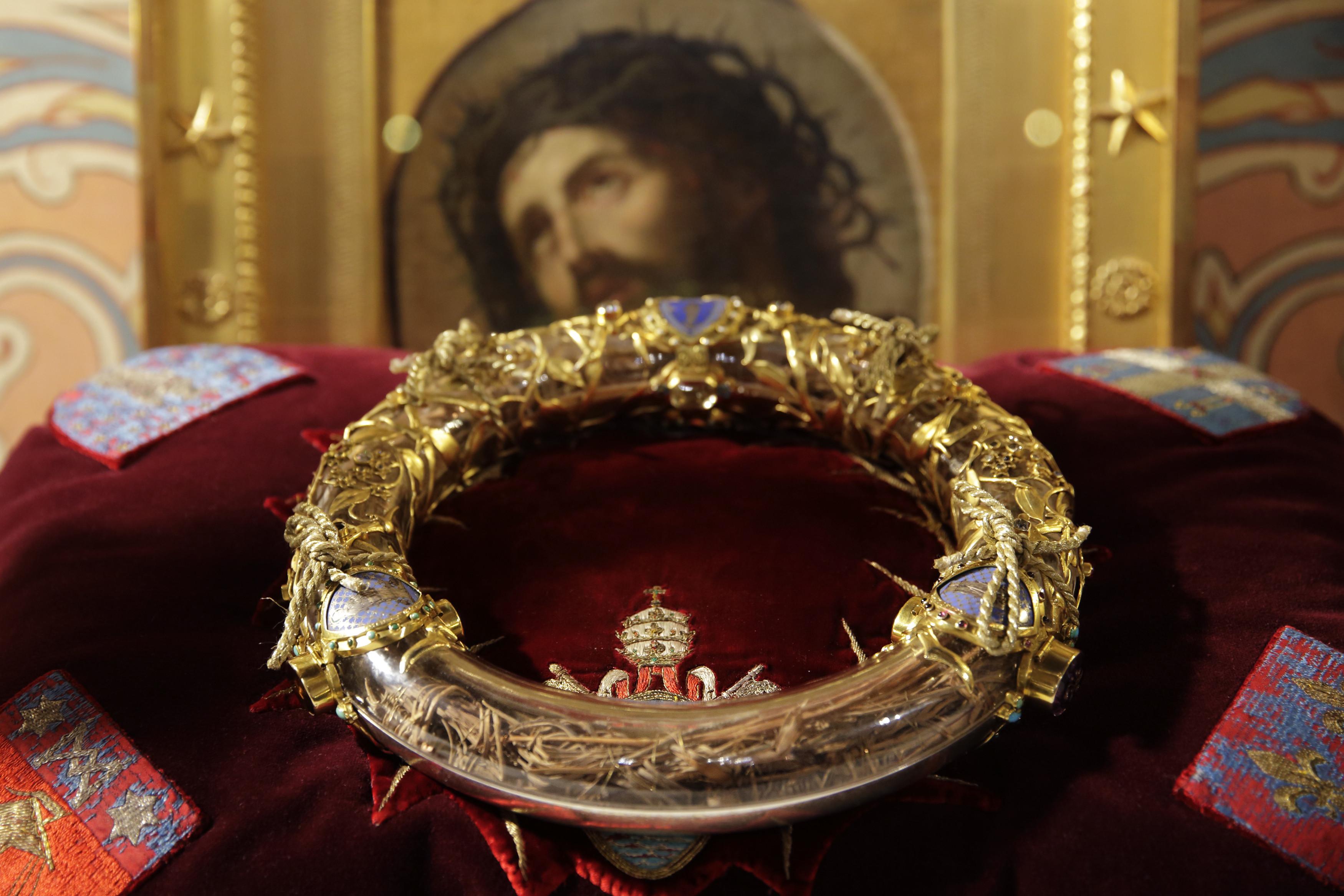 Este padre é considerado um herói por salvar coroa de Jesus em Notre-Dame