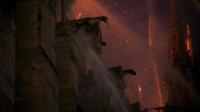 """Notre-Dame: Estrutura """"mantém-se bem"""" apesar das vulnerabilidades"""