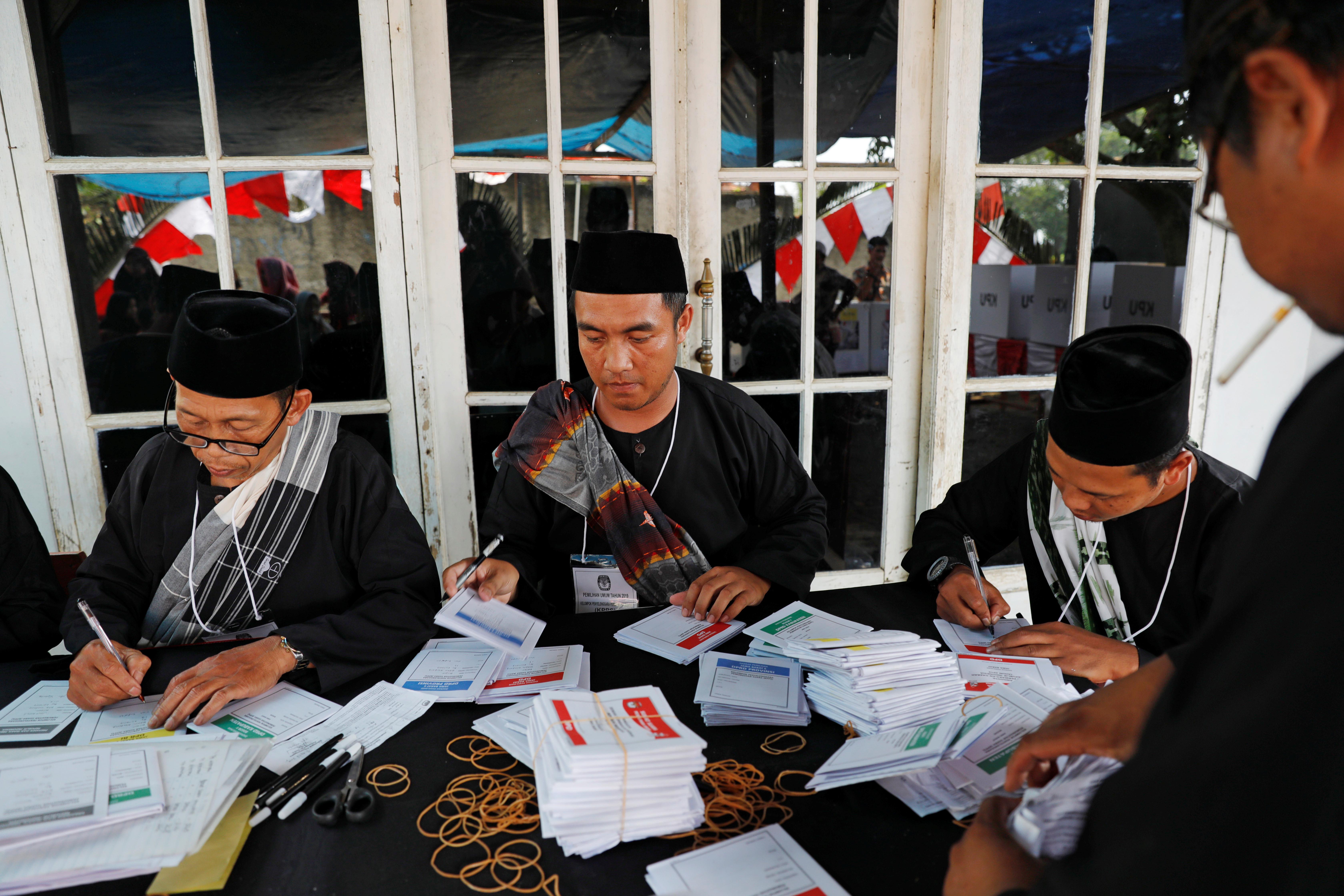 Primeiras assembleias de voto abertas para eleições na Indonésia