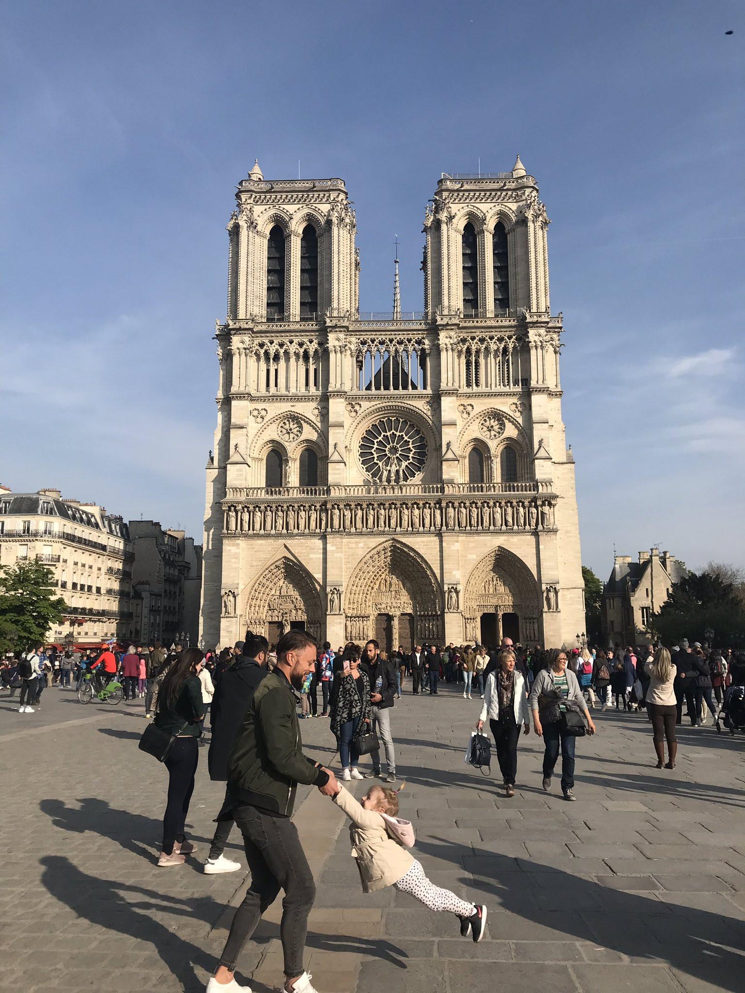 Fotografou pai e filha antes do fogo em Notre-Dame. Agora procura-os