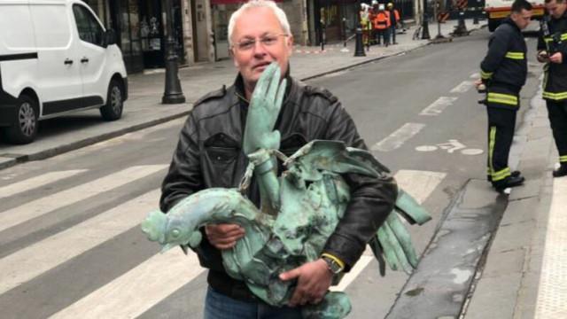 Galo do topo do pináculo de Notre-Dame encontrado nos escombros