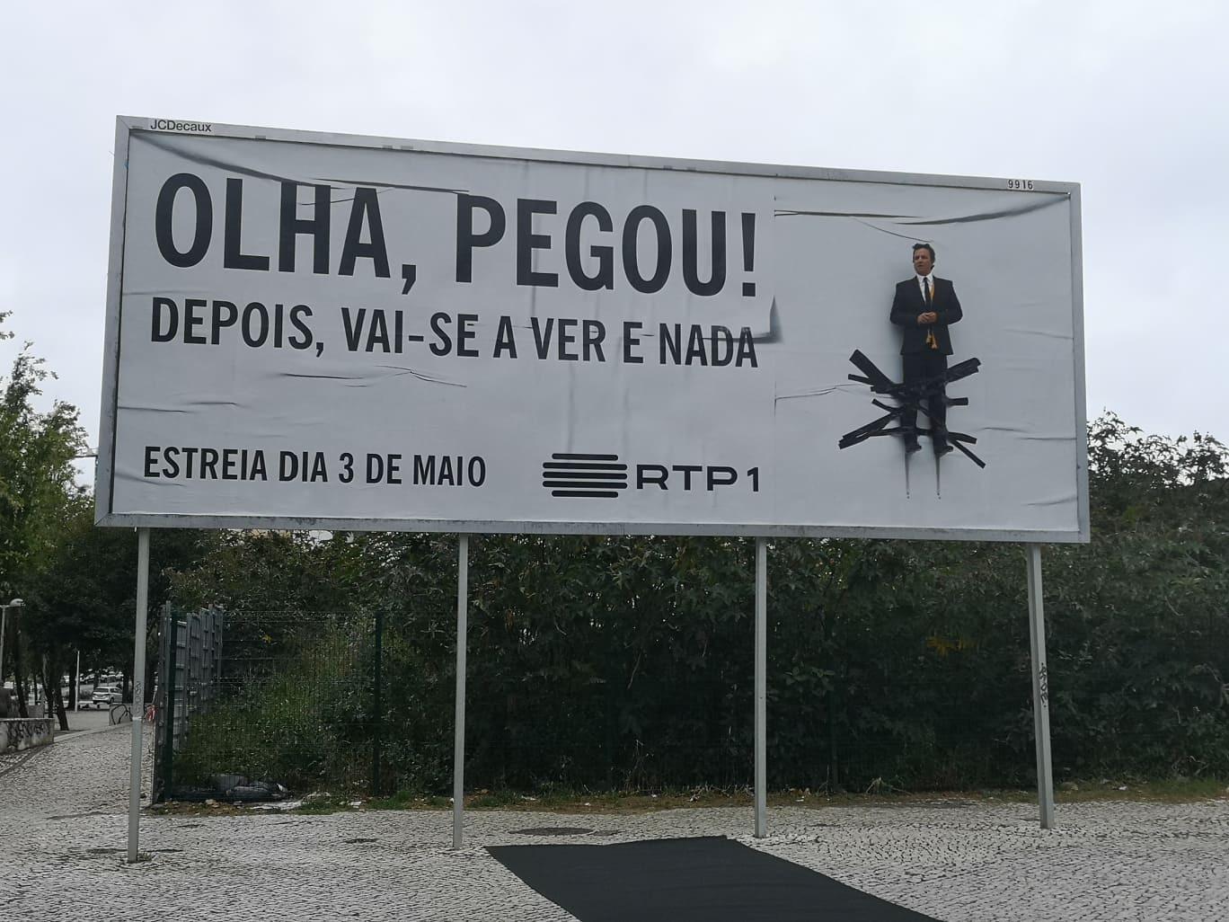 José Pedro Vasconcelos pendurado em pleno cartaz na rua (literalmente)