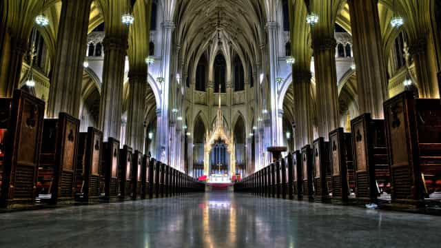 Homem detido com dois bidões de gasolina numa catedral em Nova Iorque