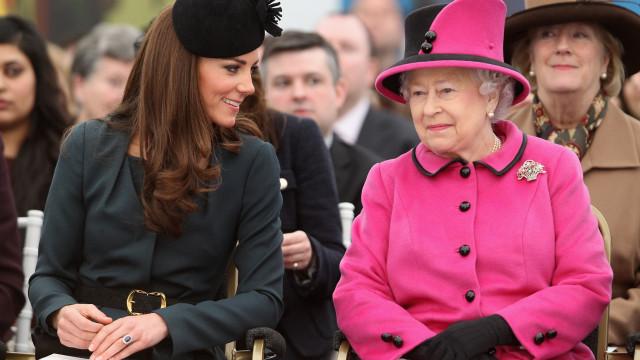Kate Middleton recebe recados da rainha quando falha nos looks