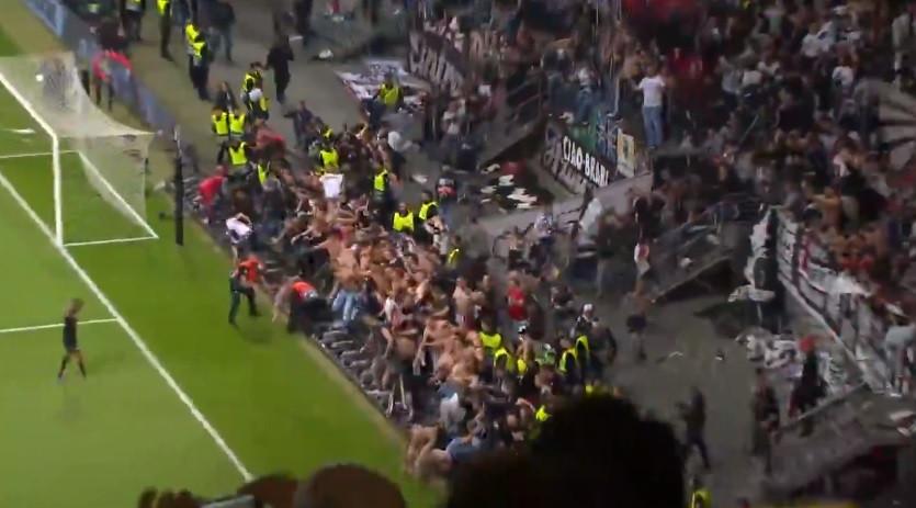 Adeptos alemães 'enlouqueceram' e derrubaram painéis após bater o Benfica