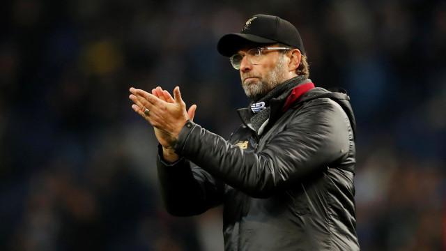 Klopp com gesto de respeito: Treinador não quis pisar símbolo do FC Porto