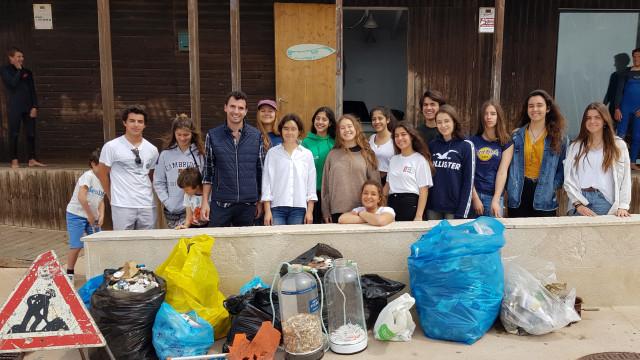Alunos do Estoril recolhem 150 quilos de lixo na praia de São Pedro