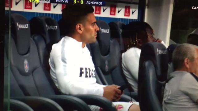 Monaco perdia por 3-0 e Falcao estava no banco com o... telefone