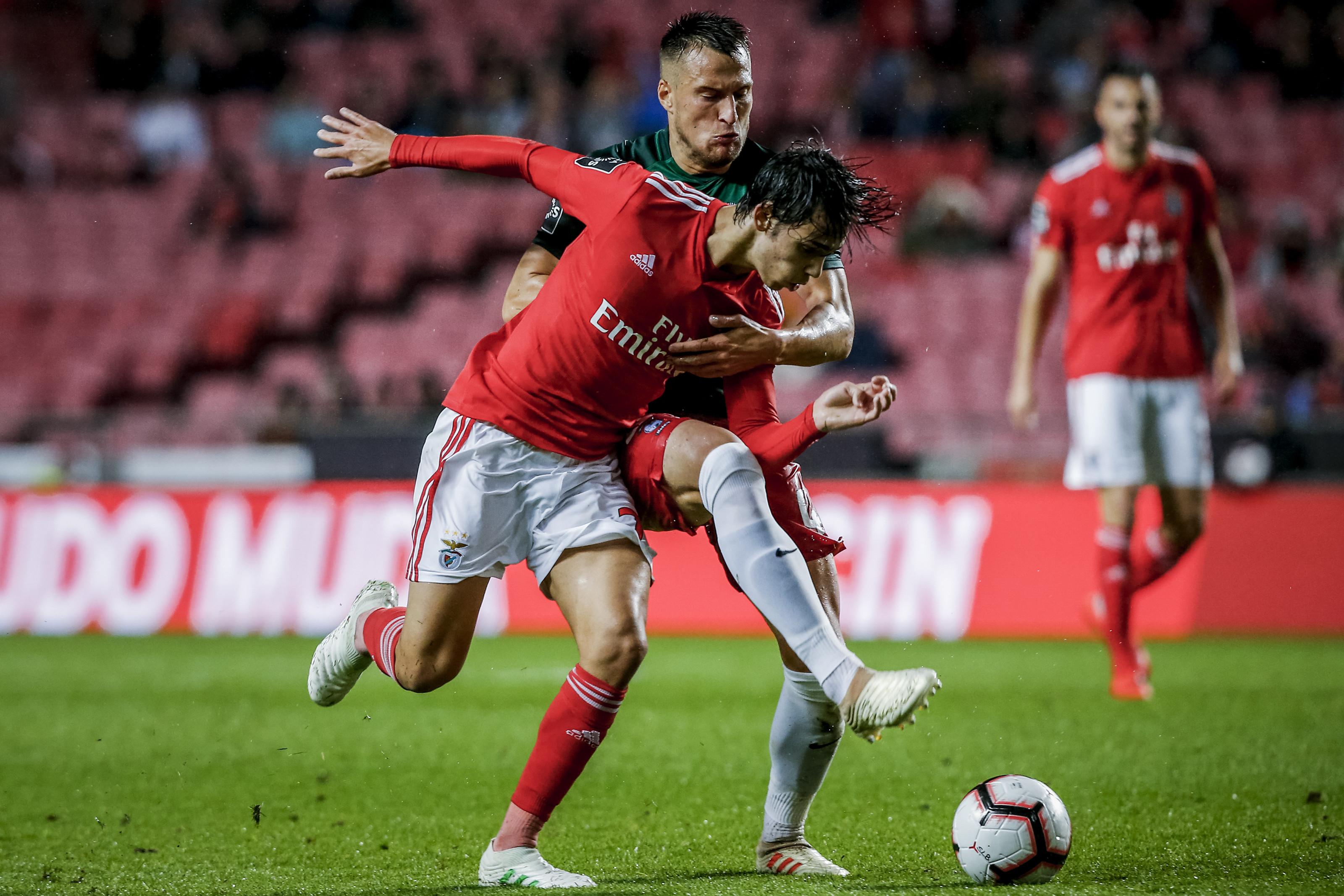 Benfica cura 'ressaca' europeia com goleada e regresso à liderança