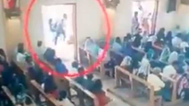 Vídeo mostra bombista a entrar em igreja momentos antes de ataque
