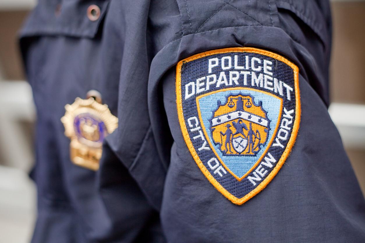 Polícia suspenso por pousar arma de serviço. Amigo pegou nela e morreu