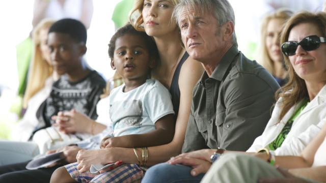Charlize Theron revela que filho de 7 anos se identifica como uma menina