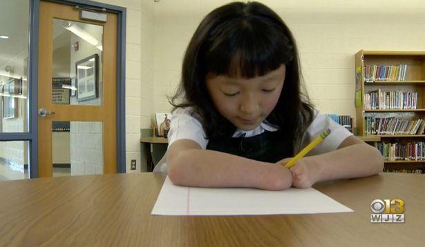 Menina de dez anos sem mãos vence competição de escrita