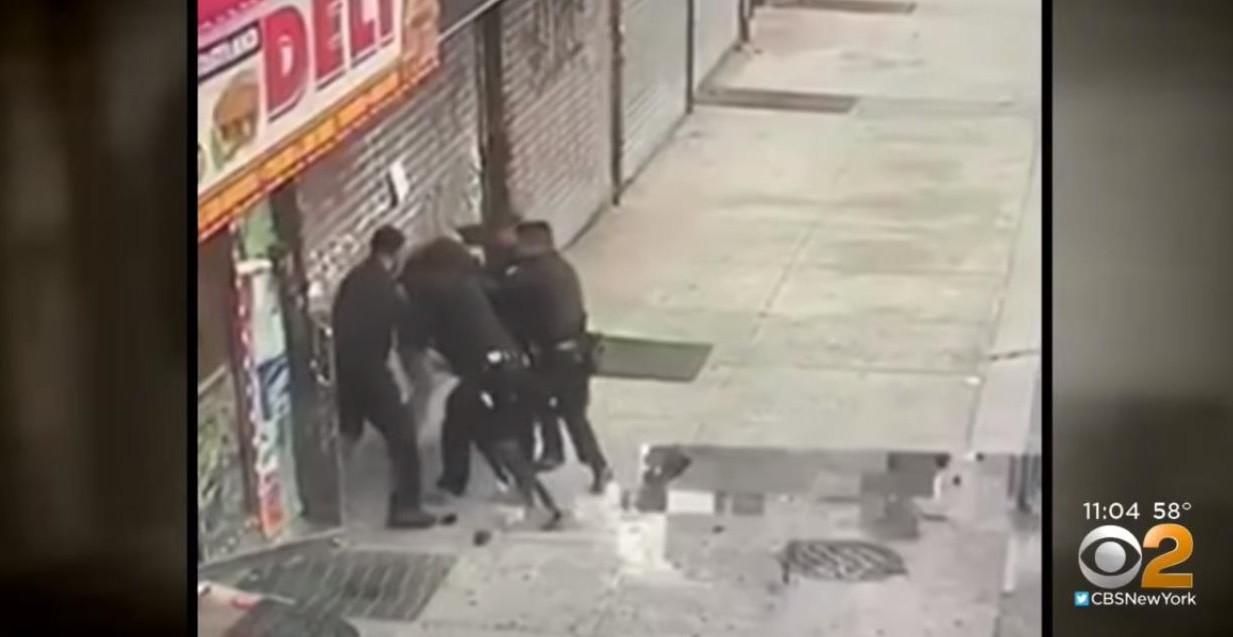 Apanhado por quatro polícias, consegue roubar taser e eletrocutar três
