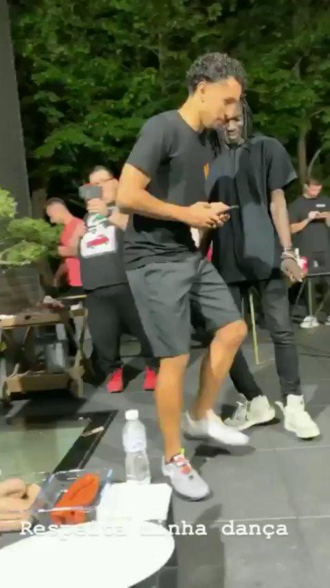 A dança de Neymar que deixou 'profissional' pouco satisfeito