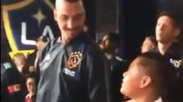 O gesto de Zlatan com um menino que mostra o 'lado B' do sueco