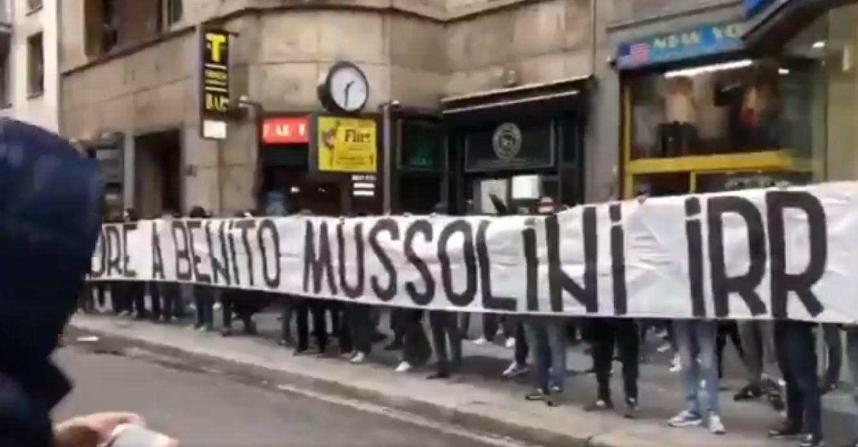 Adeptos da Lazio invadem Milão com tarjas de apoio a Mussolini