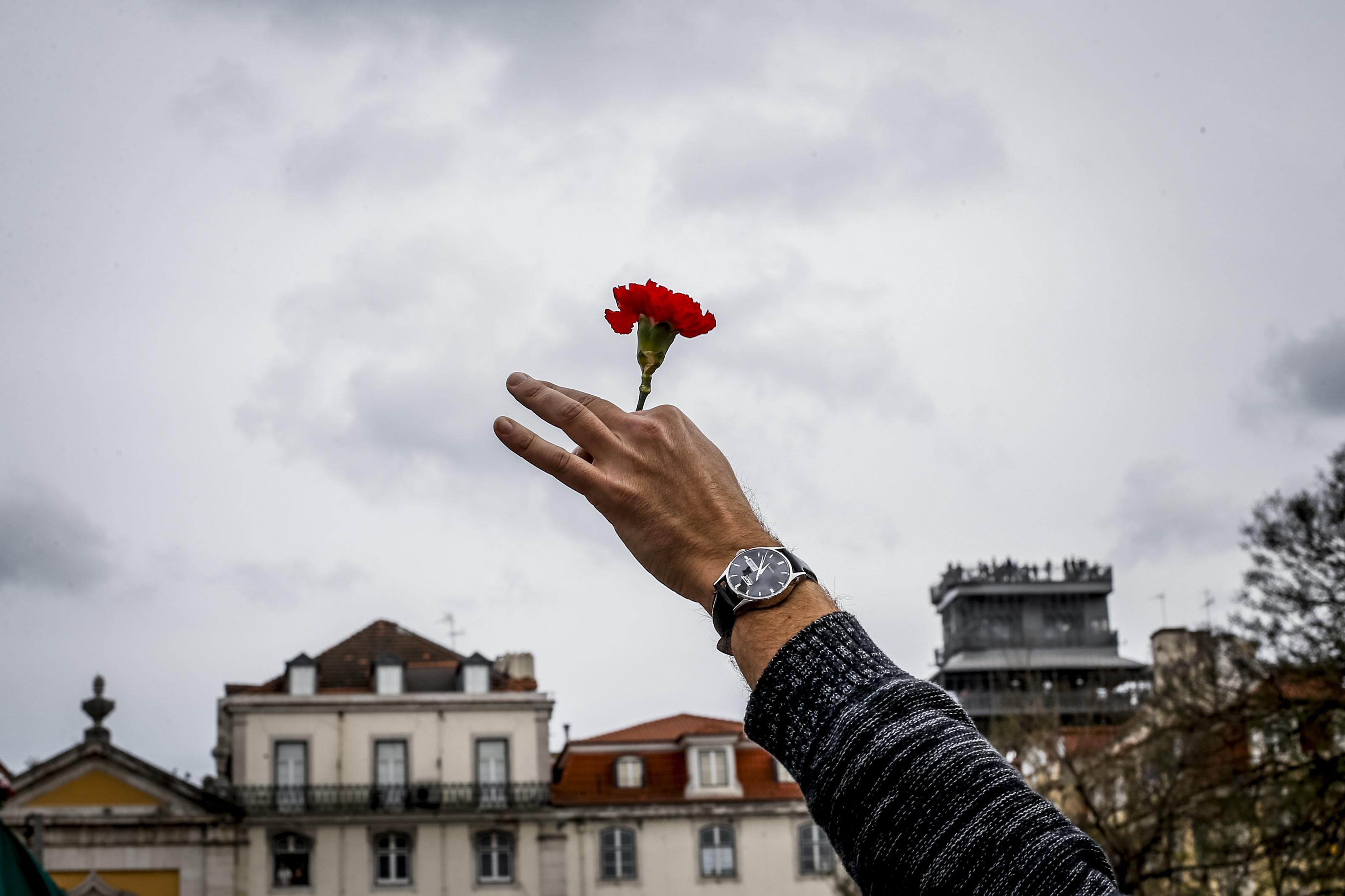 Milhares desfilam em Lisboa para lembrar revolução dos cravos