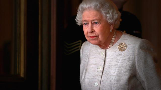 Rainha Isabel II faz rara aparição em funeral de amiga