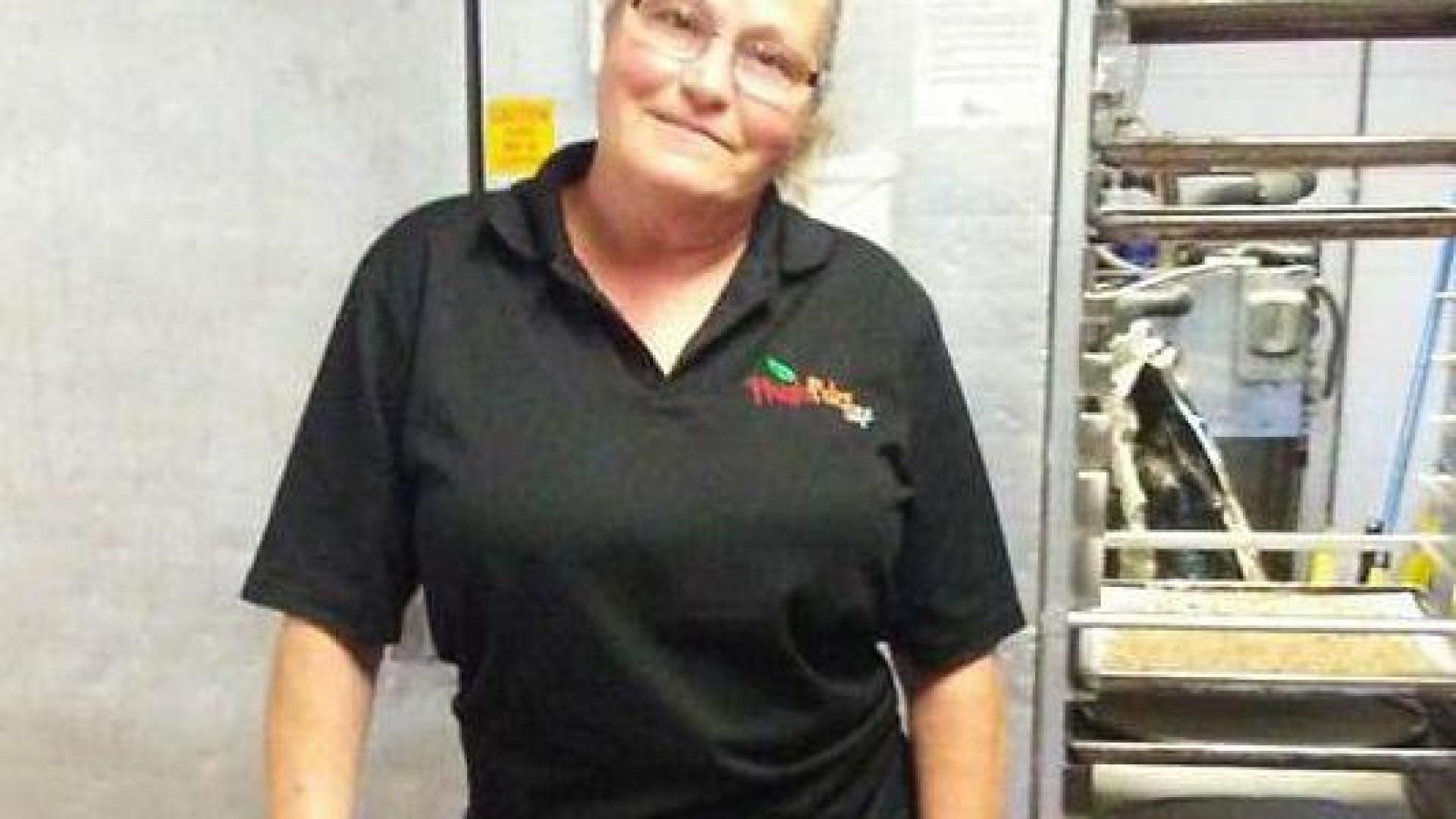 Chef oferece emprego a mulher que foi despedida após dar refeição a aluno