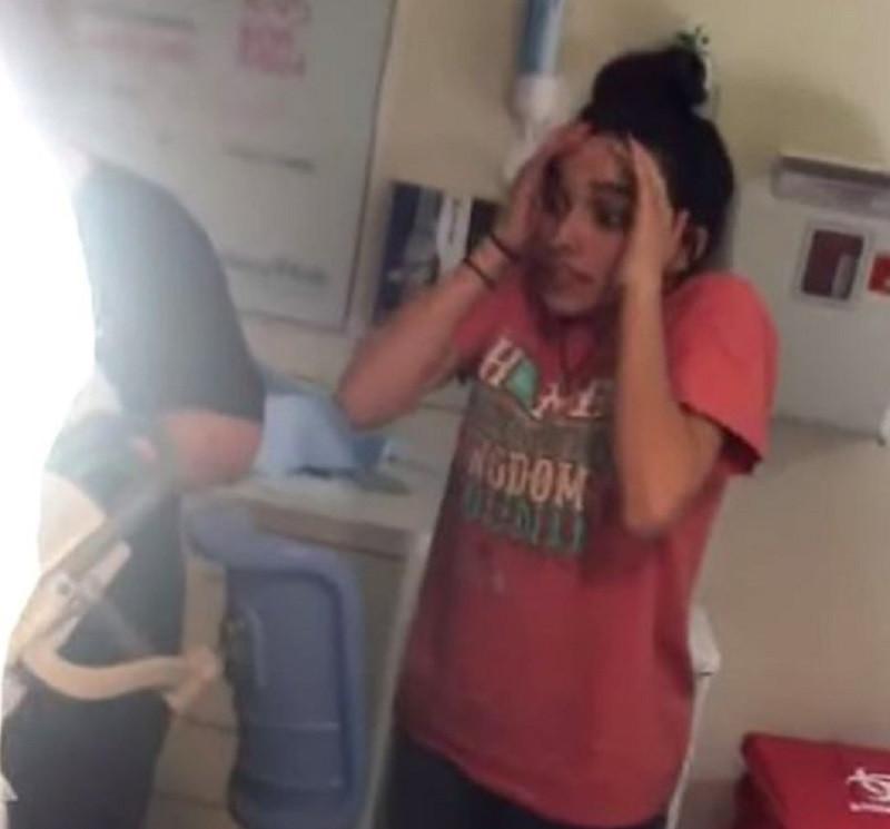 Adolescente assiste a parto da irmã e reação é hilariante