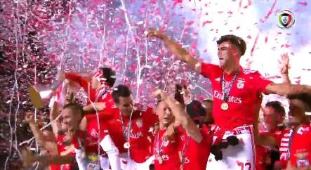 O momento em que o Benfica levanta a Taça de campeão