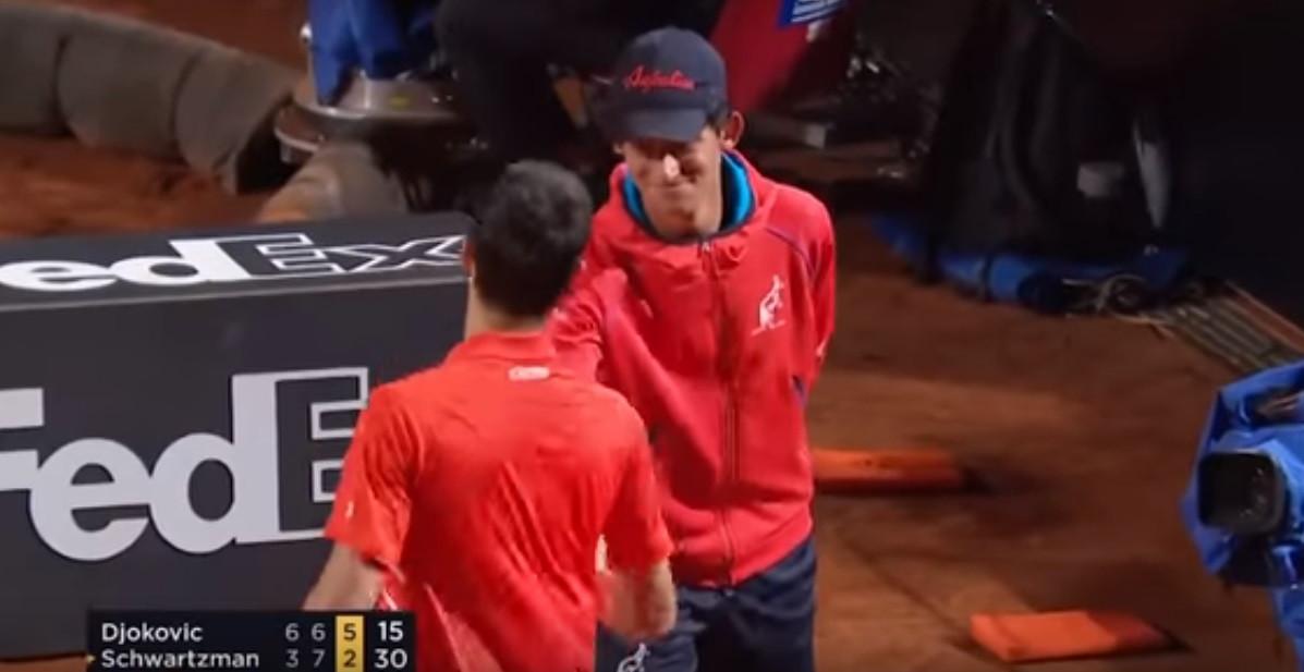 Djokovic acertou em cheio na cabeça de um apanha-bolas e depois fez isto