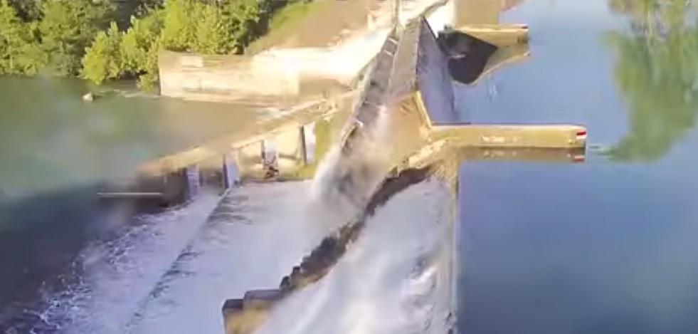 O momento em que uma barragem colapsou parcialmente no Texas