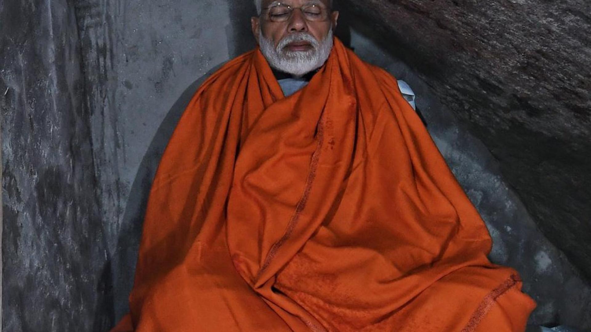 Modi criticado por meditar em caverna… com direito a serviço de quartos