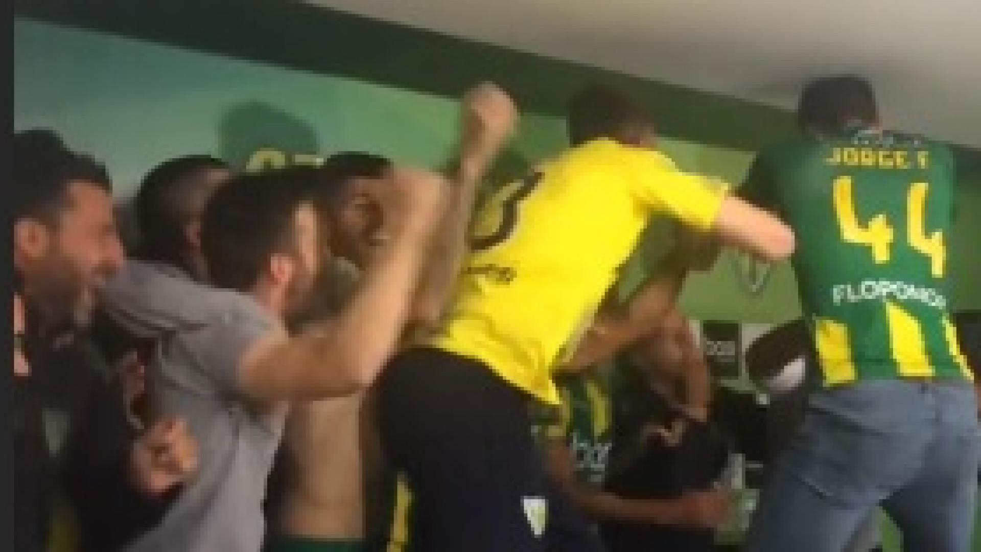 Jogadores do Tondela invadem conferência e dão 'banho' a Pepa