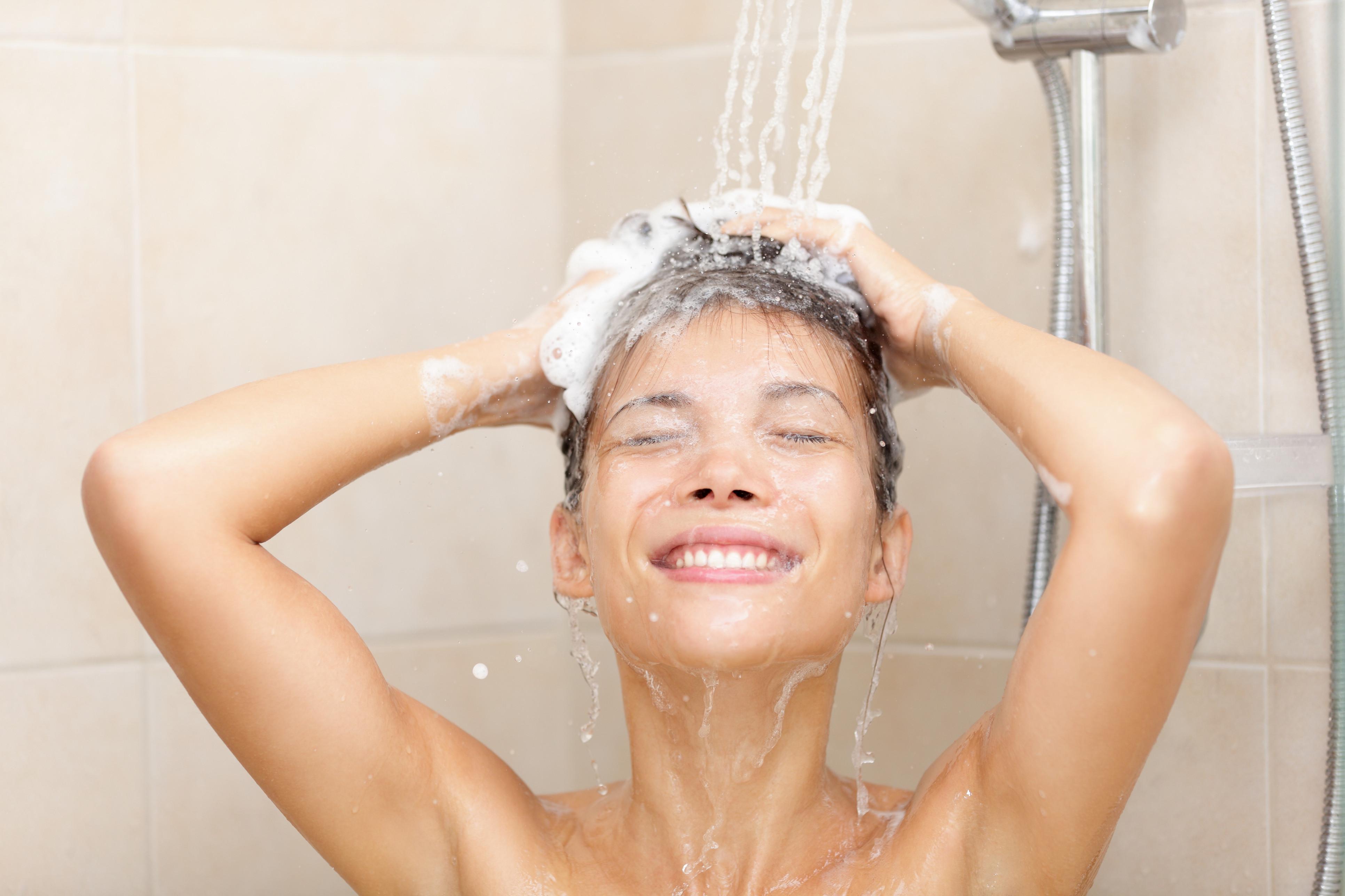 Apresentamos-lhe sete benefícios de tomar um duche frio assim que acorda