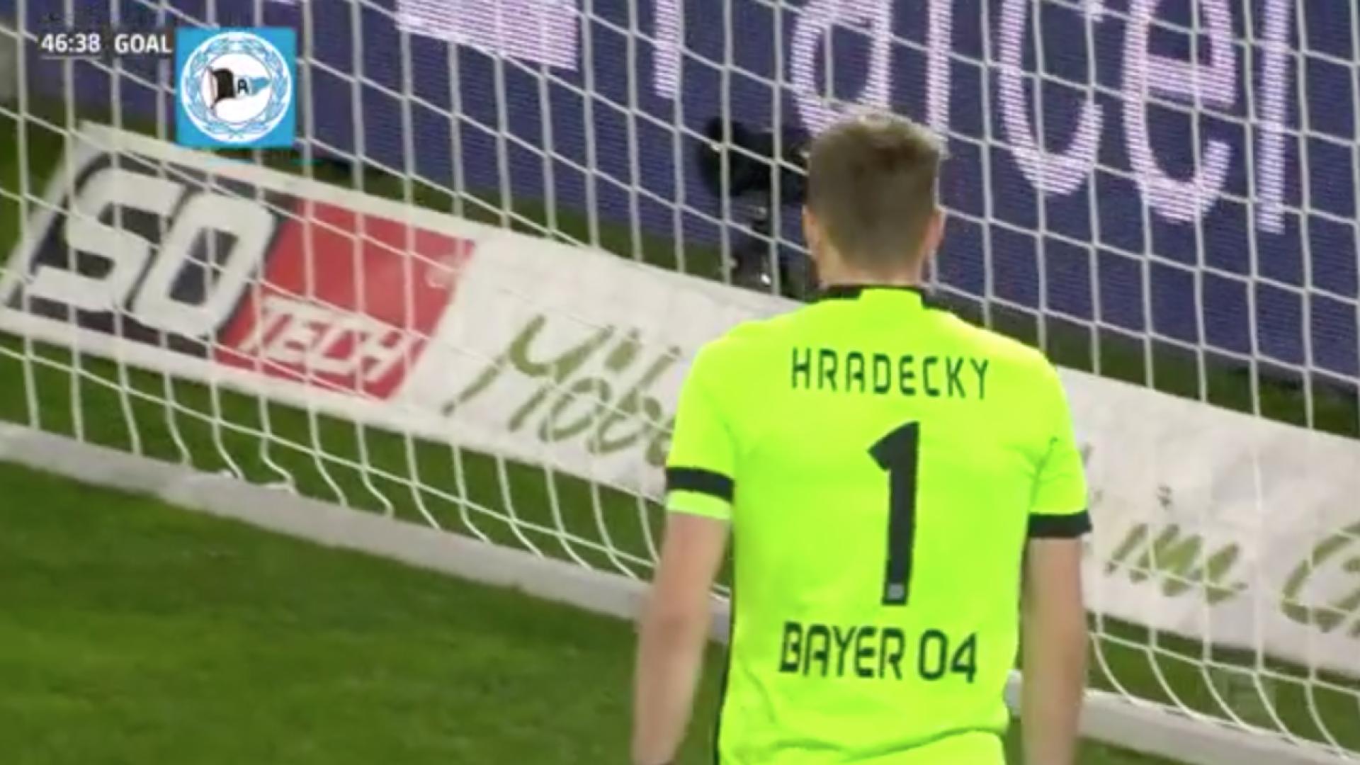 Guarda-redes do Leverkusen vai ter pesadelos depois deste autogolo