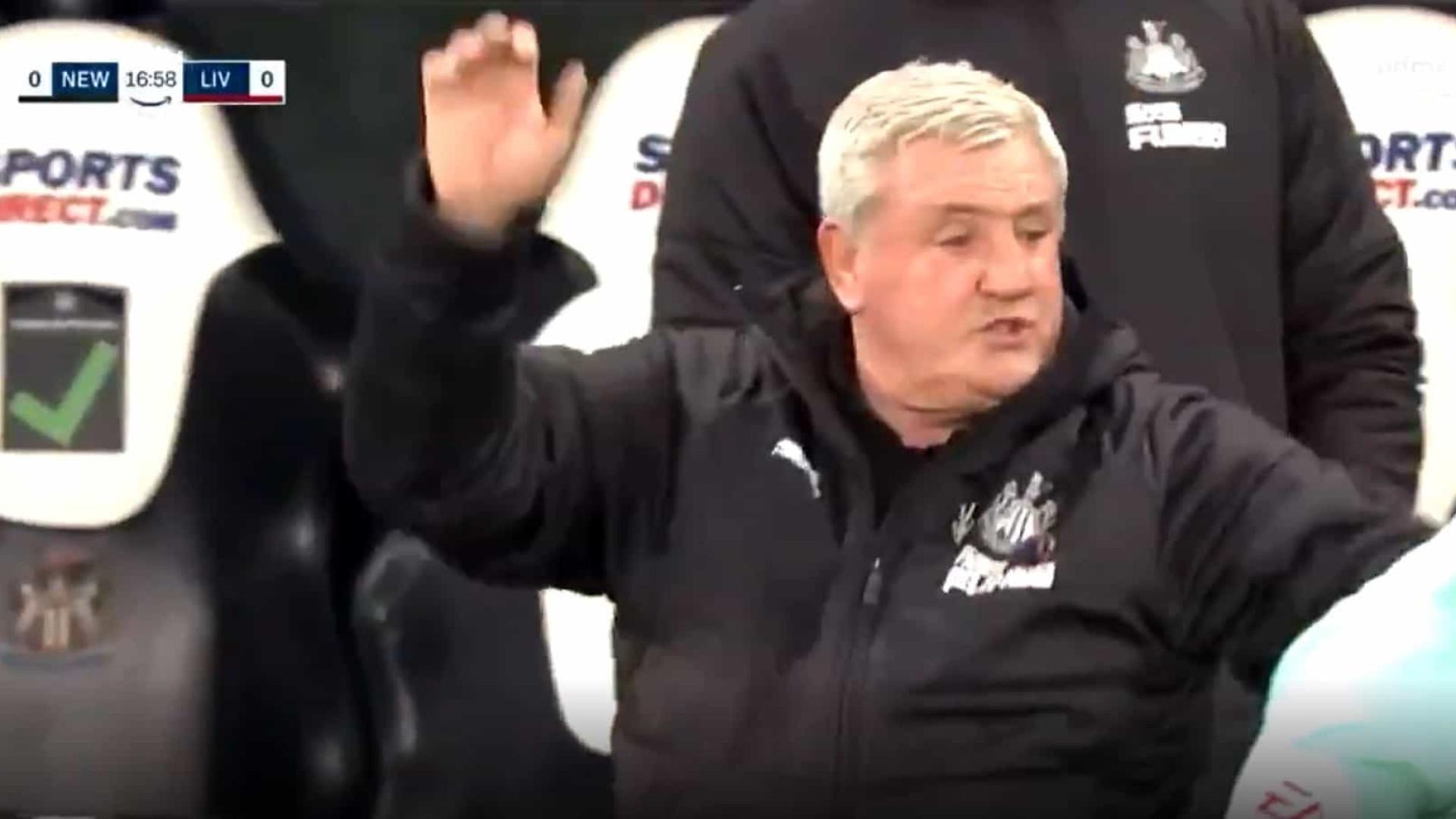 Treinador do Newcastle queria reclamar e quase acaba a agredir árbitro