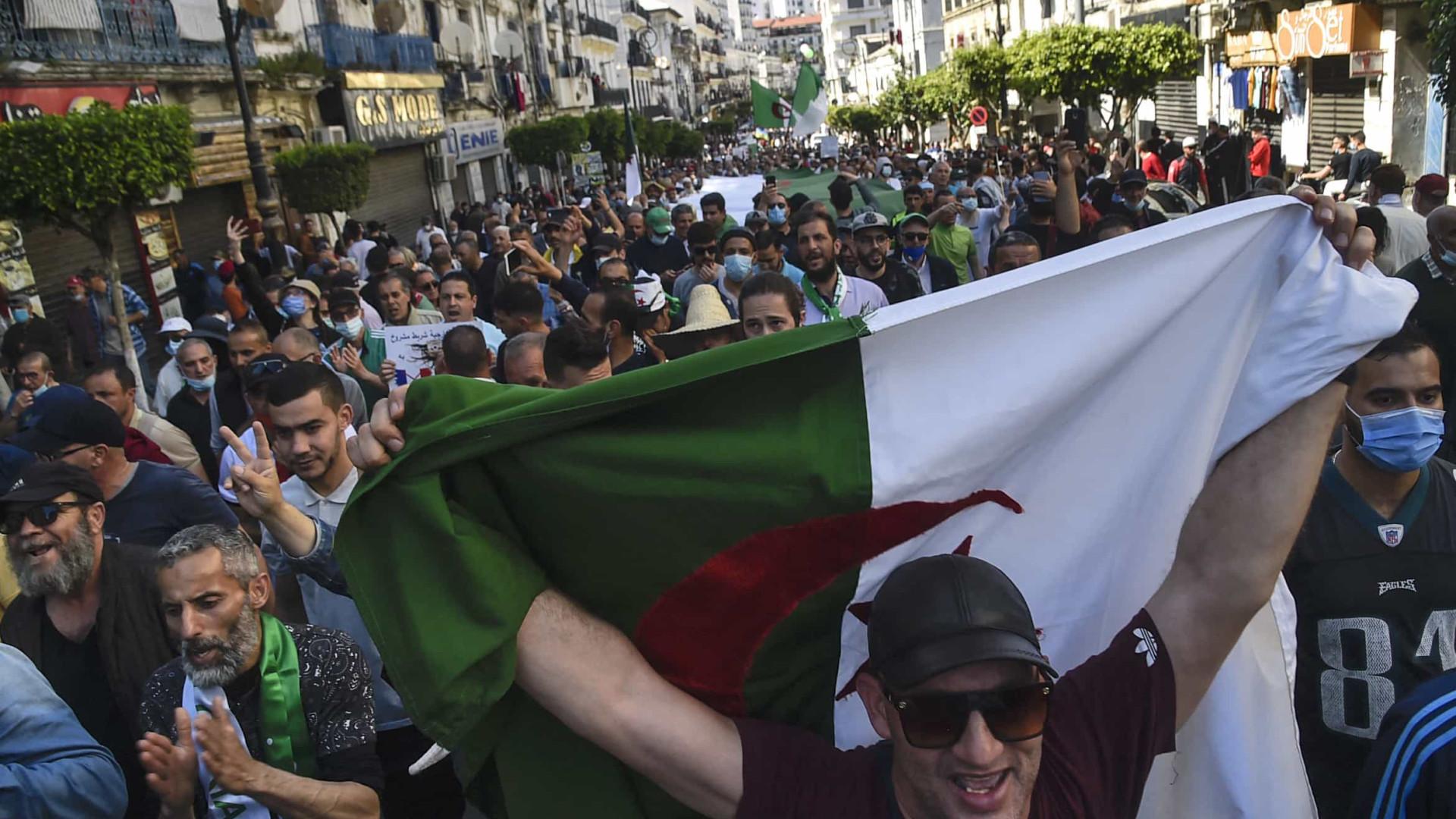 Milhares de manifestantes marcham em Argel contra o regime