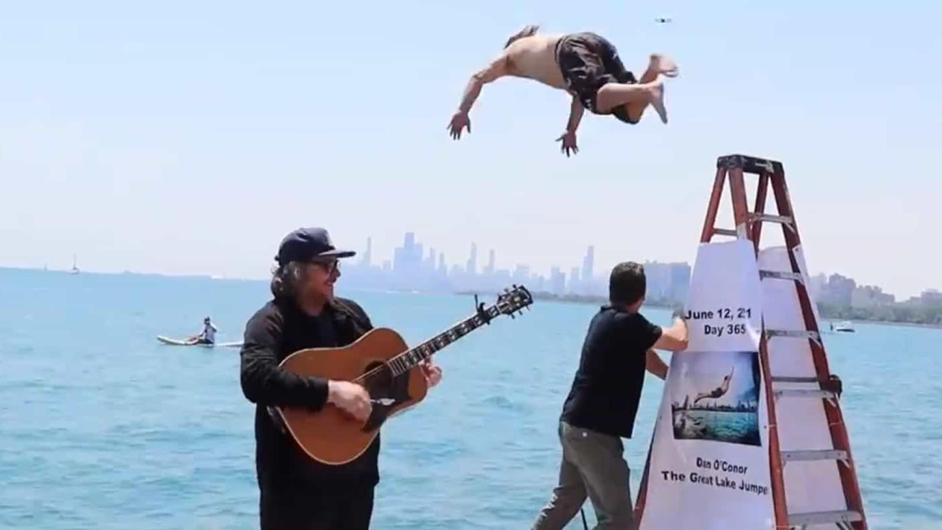 Homem saltou para o Lago Michigan pelo 365º dia consecutivo
