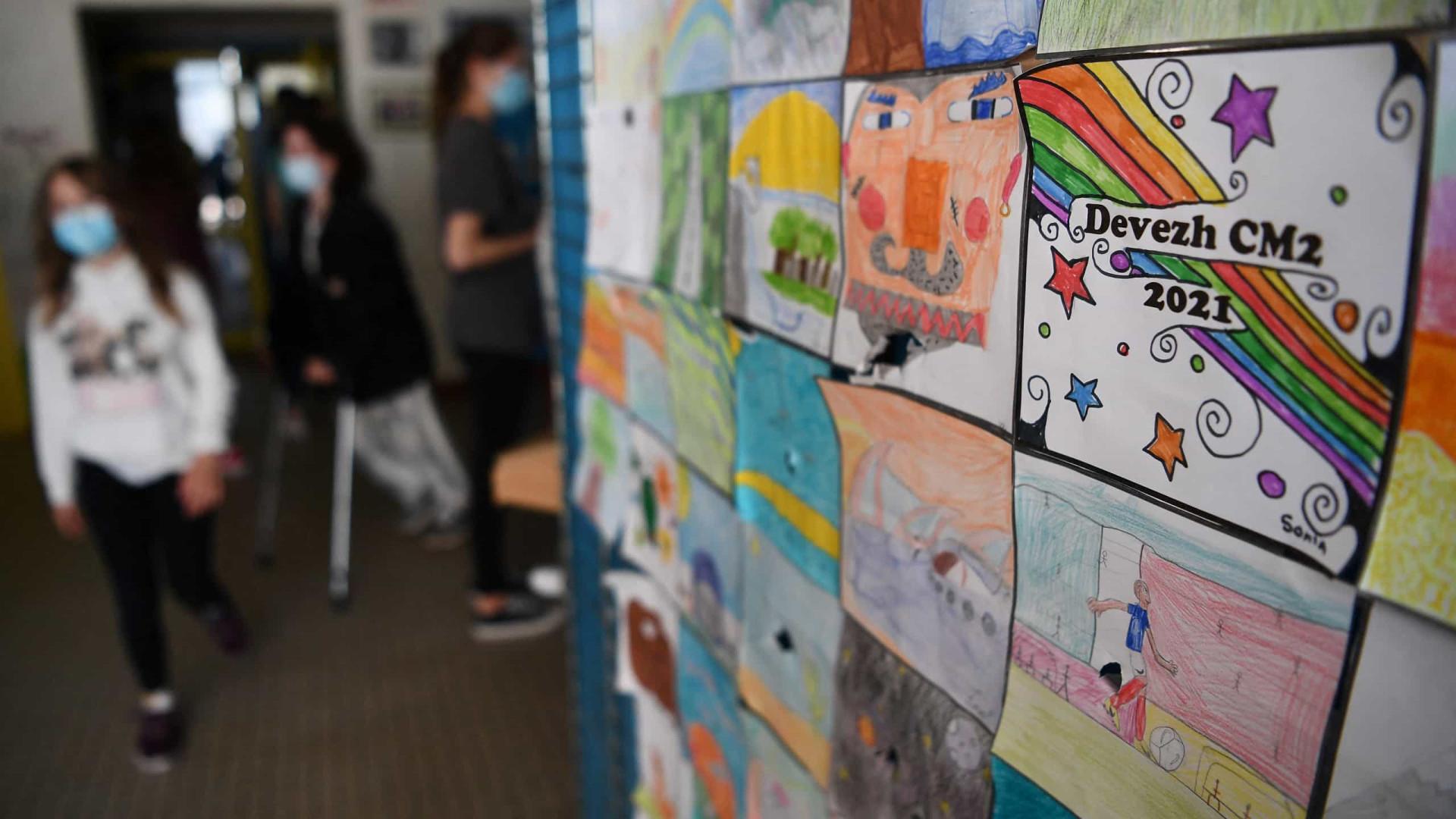 Crianças em França deixam de usar máscara nos recreios das escolas