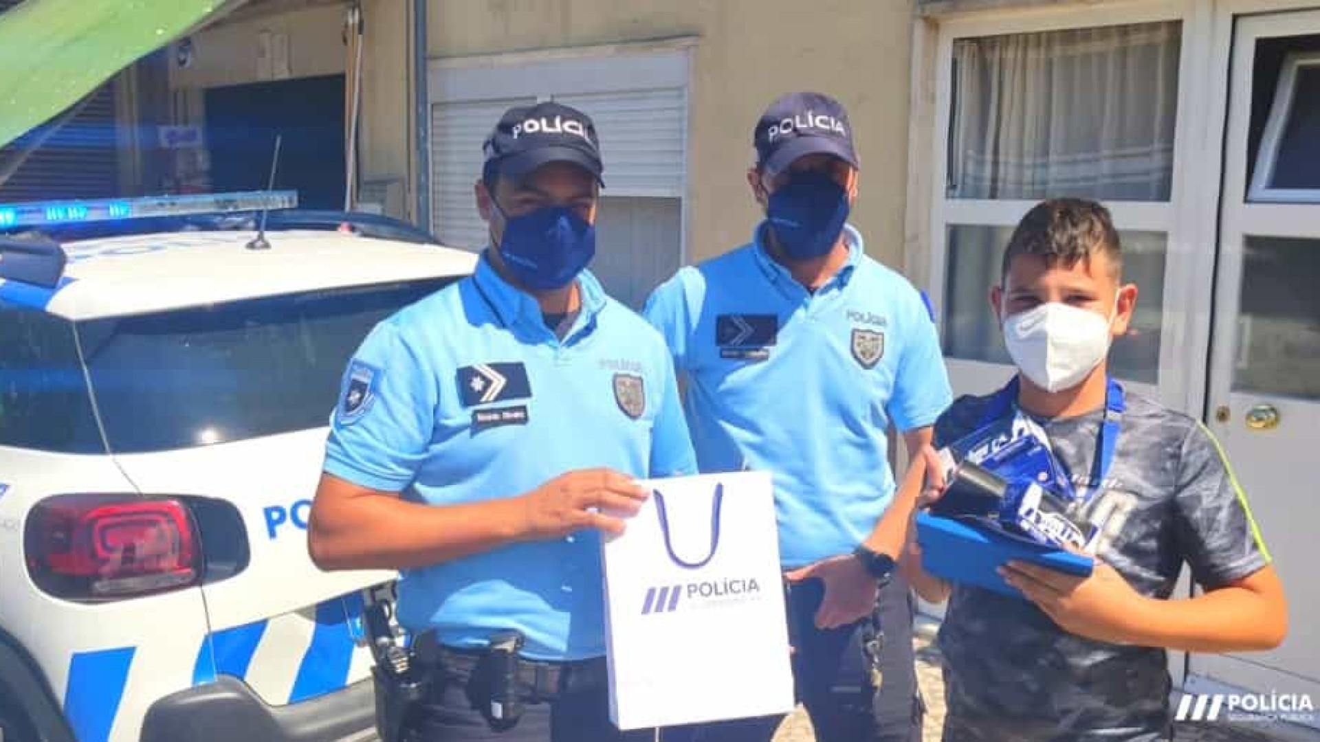 """""""Ama a PSP"""". Polícia faz surpresa e visita menino no aniversário"""
