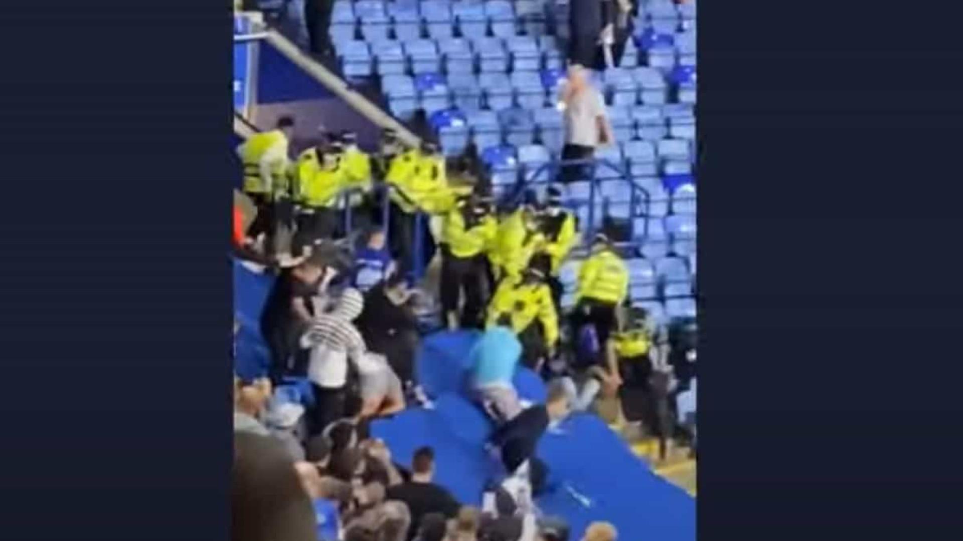 Jogo entre Leicester e Napoli terminou com confrontos entre adeptos