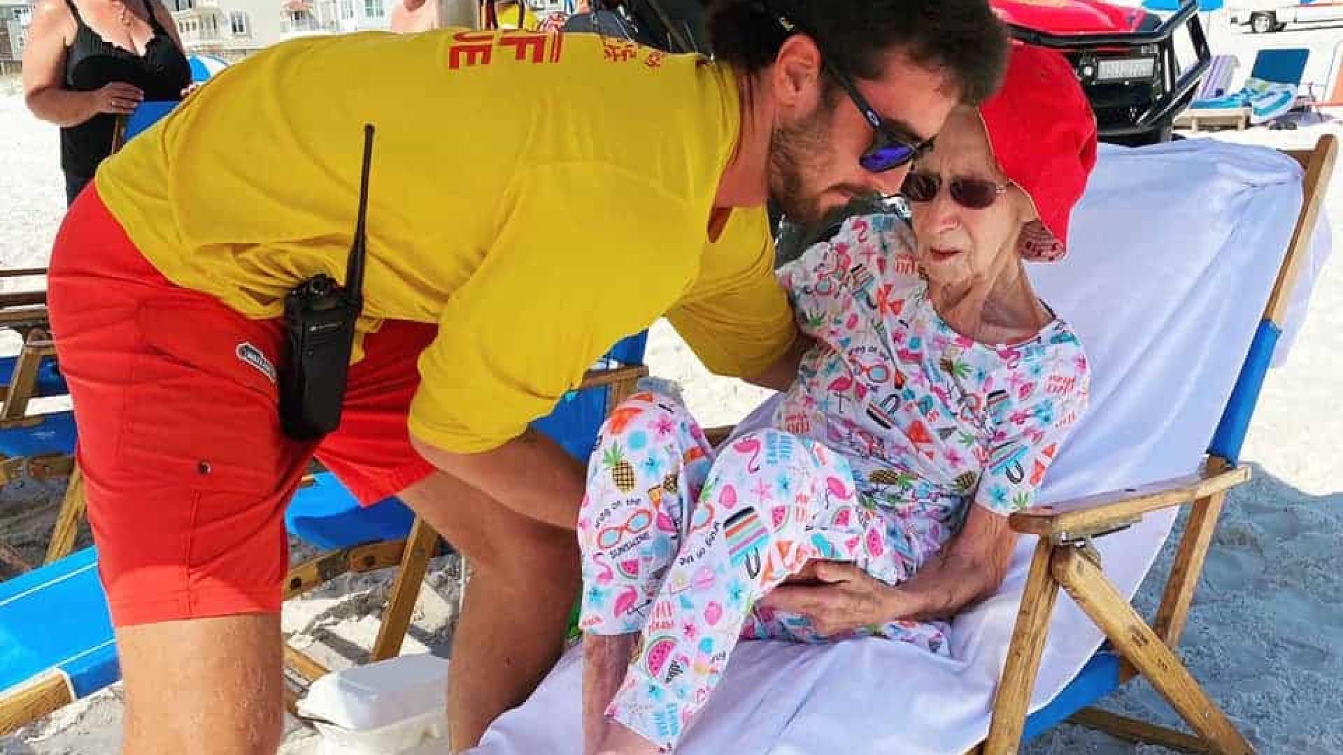 Nadador-salvador carrega idosa de 95 anos até à praia durante uma semana